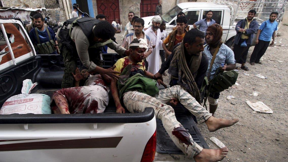 عناصر من المقاومة الشعبية في المين ينقلون رفاقهم الجرحى للعلاج