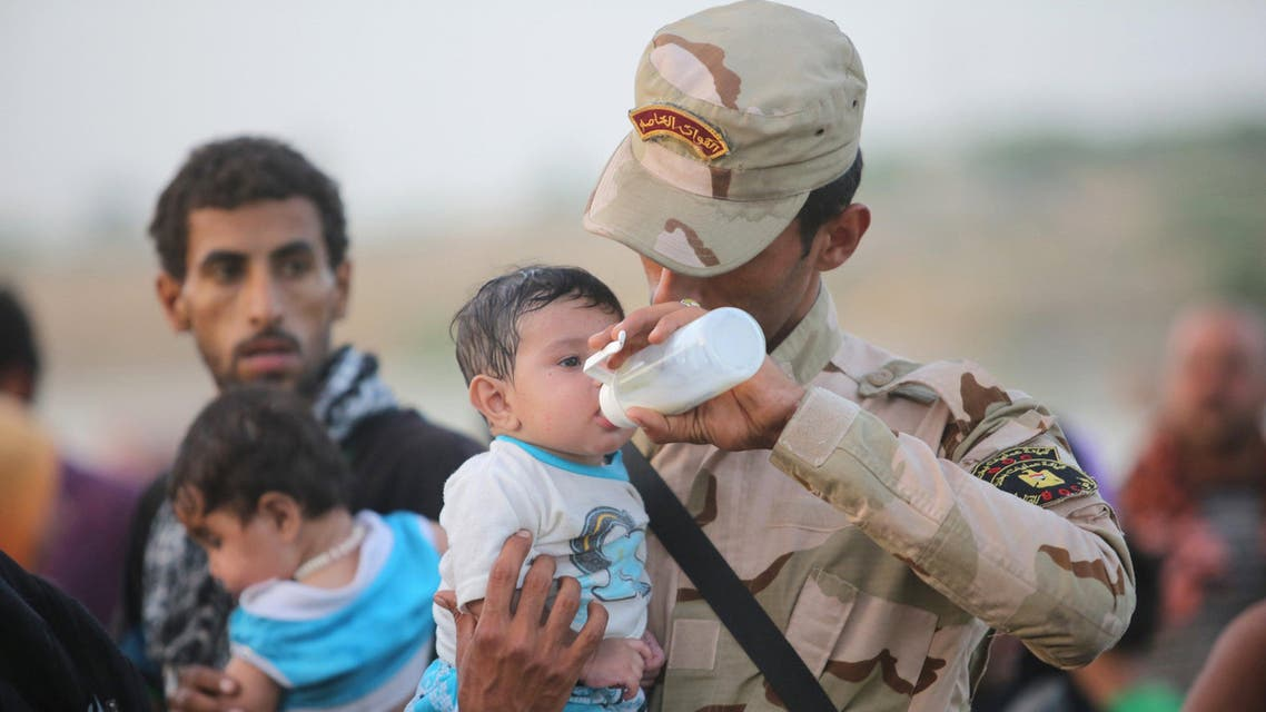 An Iraqi soldier carries a displaced kid from Ramadi at the outskirts of Baghdad, May 19, 2015. (Reuters)