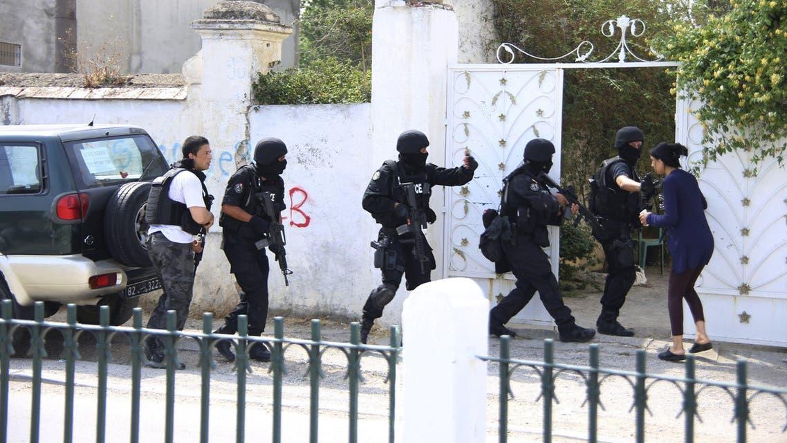 قوات مكافحة الشغب التونسية بالقرب من الثكنة العسكرية