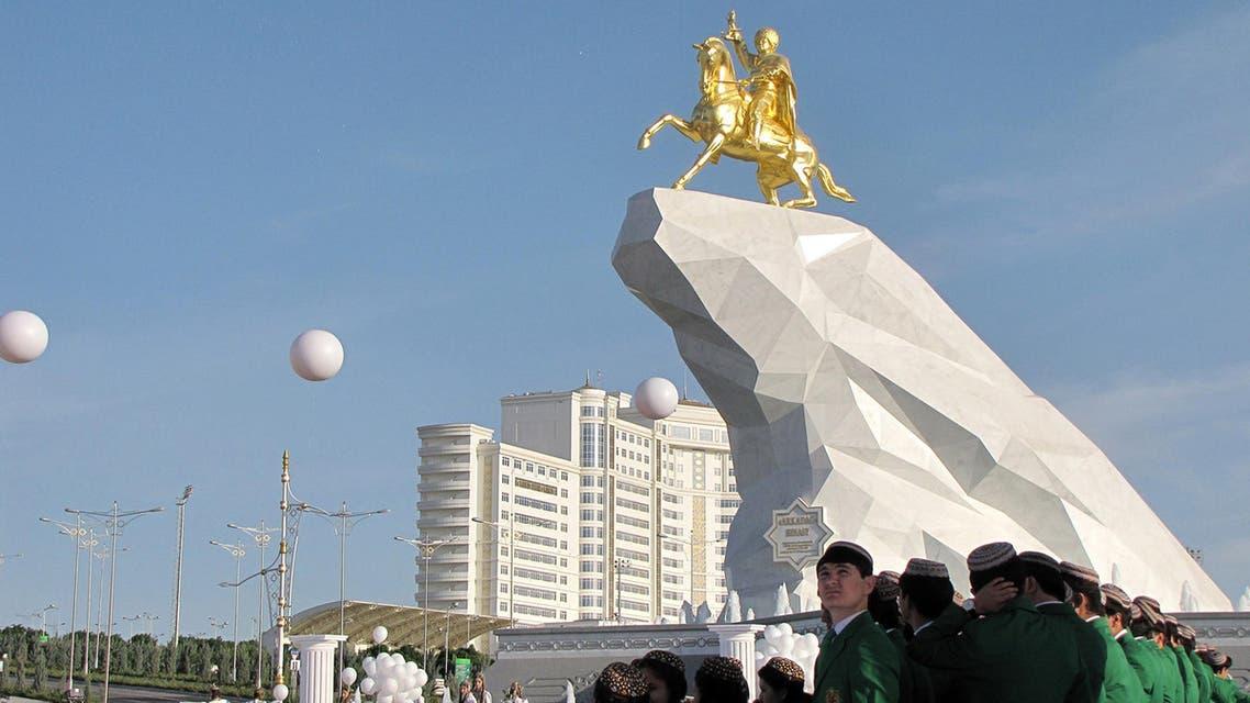 إزاحة الستار عن تمثال ذهبي لرئيس تركمانستان