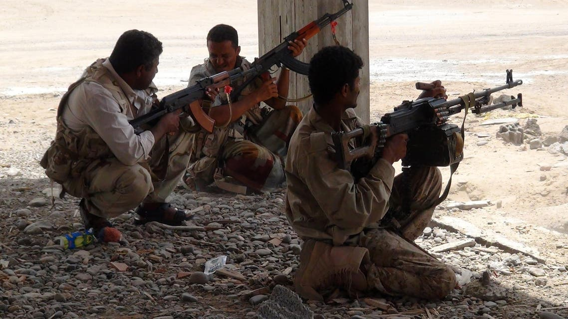 Militiamen loyal to Yemen's fugitive President Abderabbo Mansour Hadi hold a position during clashes with opponents and Huthi rebels in the port city of Aden's Dar Saad suburb on May 28, 2015. AFP