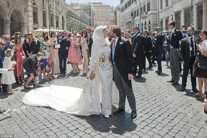 قبلة العروسين كانت في الشارع بعد عقد الزواج