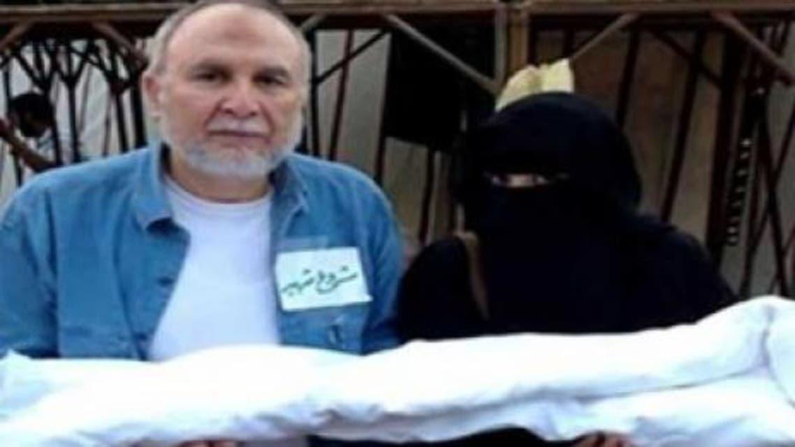 كاميليا العربي بالنقاب مع شقيقها الفنا وجدي العربي في رابعة