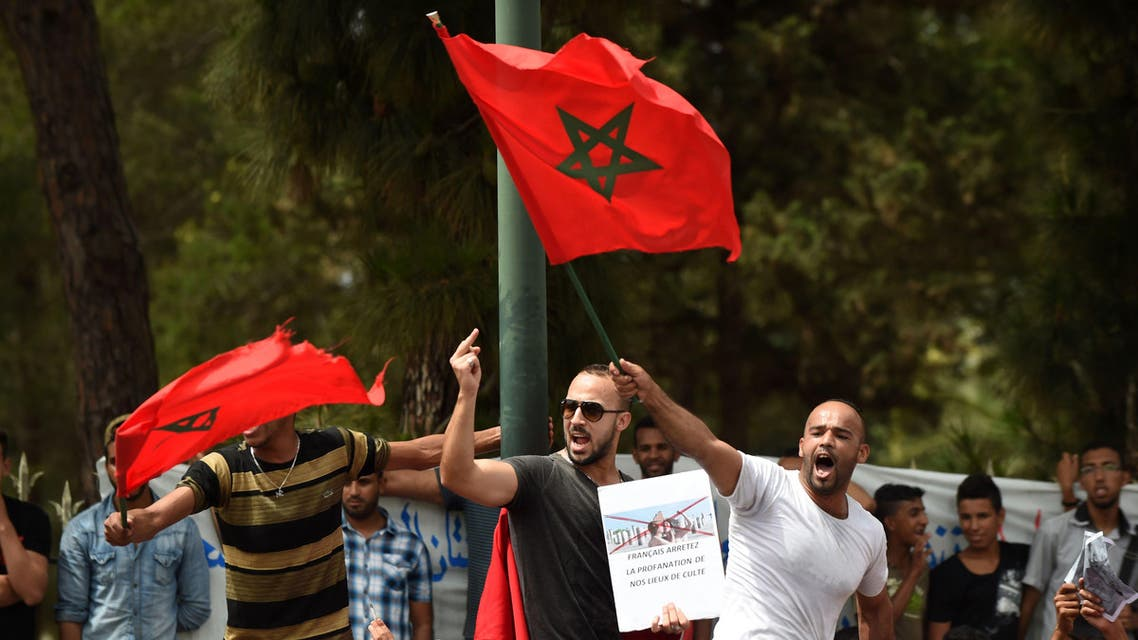 Moroccans shout slogans as they wave their national flag in front the french embassy in Rabat, on June 4, 2015. (AFP)