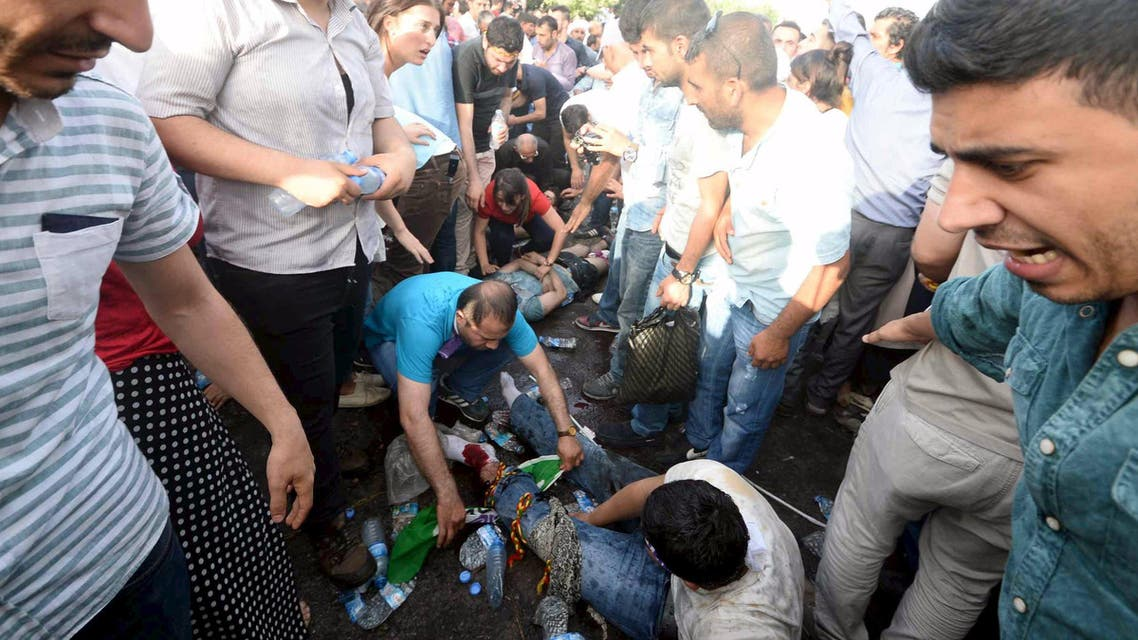 njured people get first aid after an explosion during an election rally of pro-Kurdish Peoples' Democratic Party (HDP) in Diyarbakir, Turkey, June 5, 2015. (Reuters)