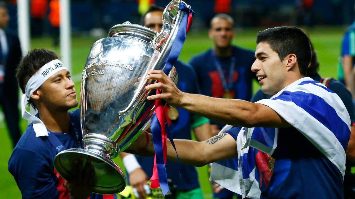 Barcelona's Luis Suarez and Neymar celebrate with the trophy after winning the UEFA Champions League Final, June 06, 2015. (Reuters)