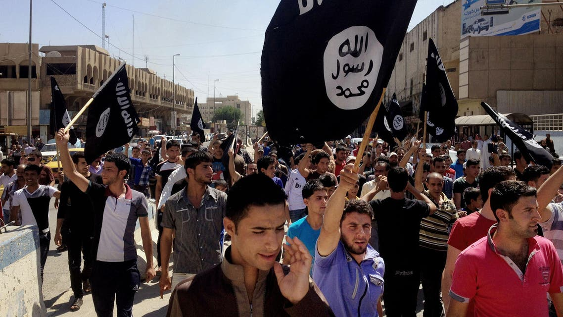 Demonstrators chant pro-Islamic State group, slogans as they carry the group's flags in front of the provincial government headquarters in Mosul on In this June 16, 2014. (File Photo: AP)
