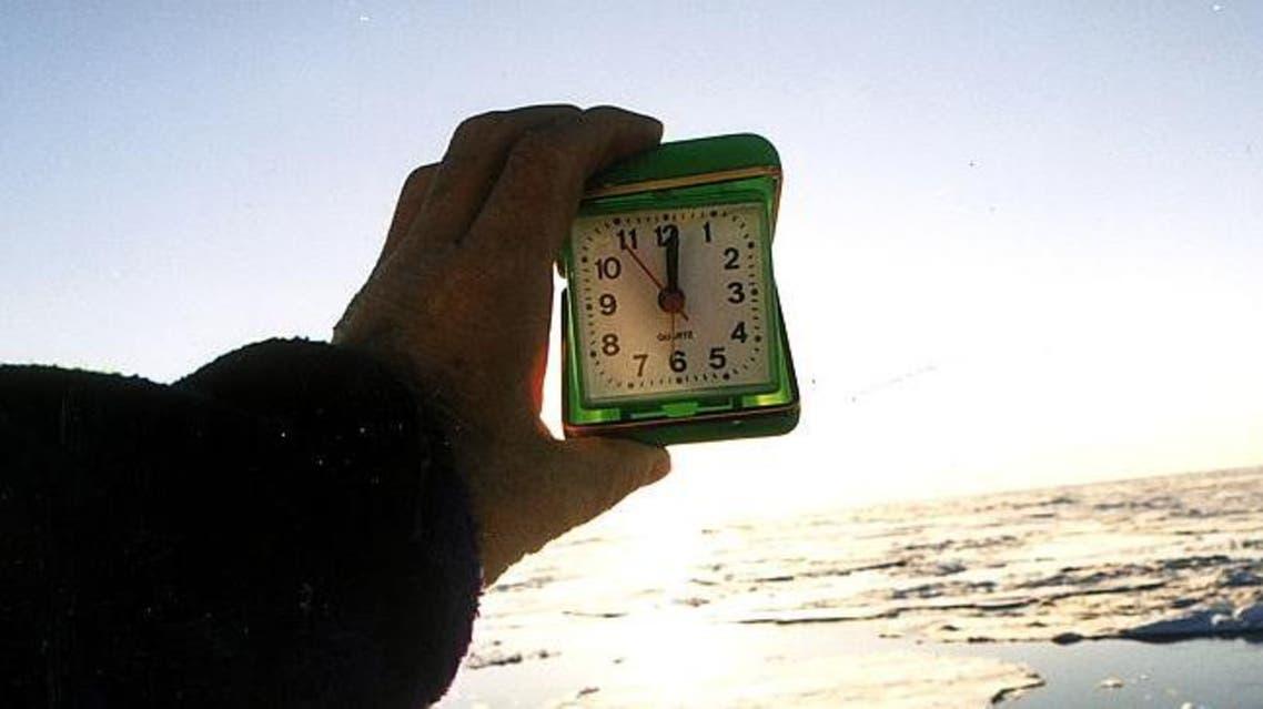 الساعة تشير لمنتصف الليل في المناطق القطبية والشمس مشرقة