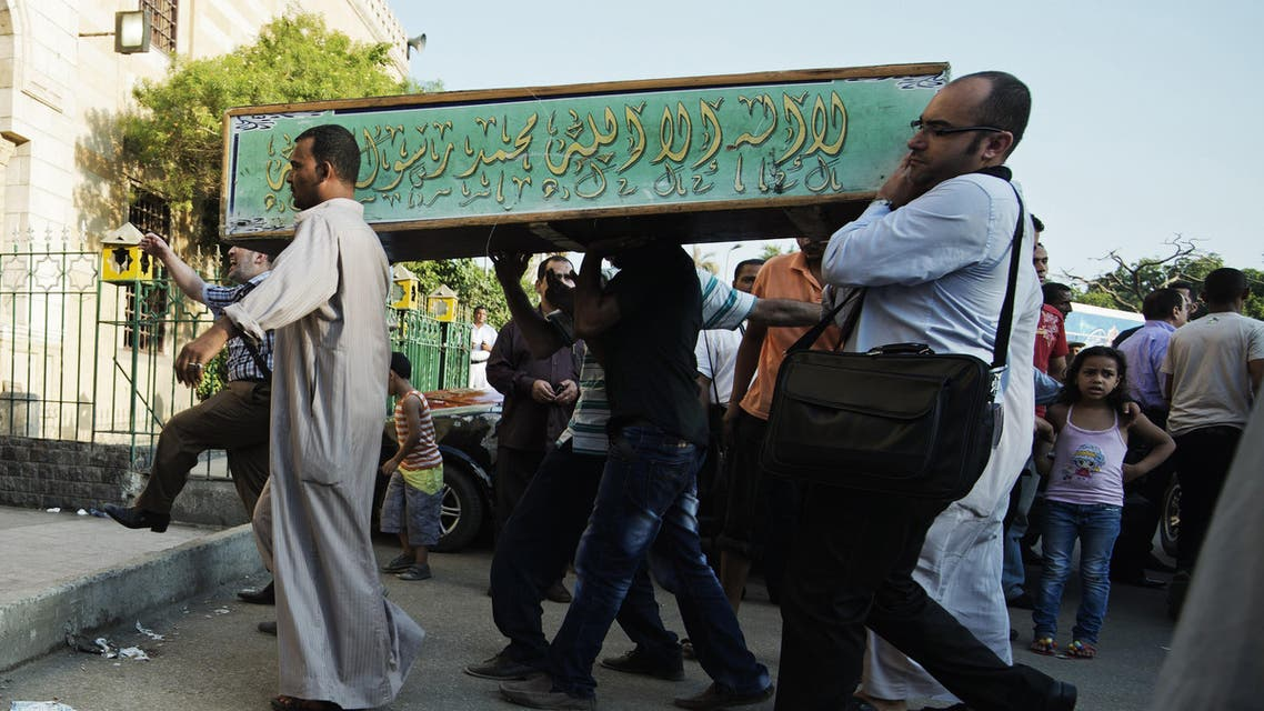 Egyptians carry the coffin of a Shia victim who was killed in sectarian violence in Cairo. Photo taken June 24, 2013. (File: Reuters)