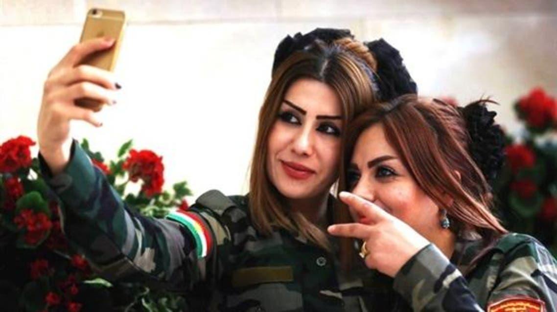 مقاتلات كرديات يلتقطن سيلفي قبل مواجهة داعش