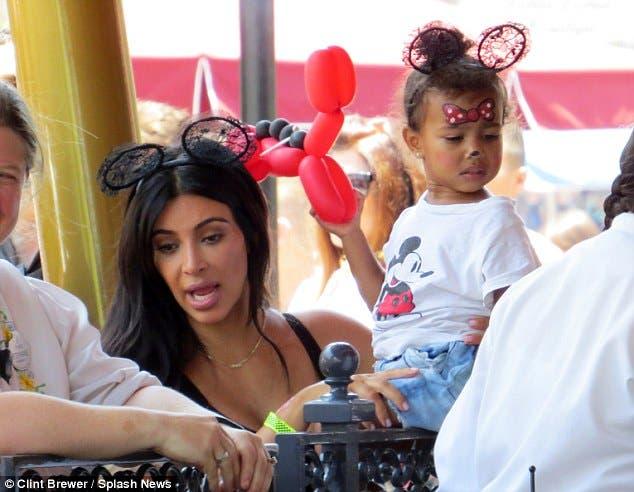 كيم كارداشيان مع ابنتها خلال الاحتفال