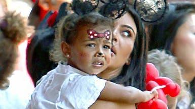كيم كارداشيان تحتفل بعيد ميلاد ابنتها في ديزني لاند
