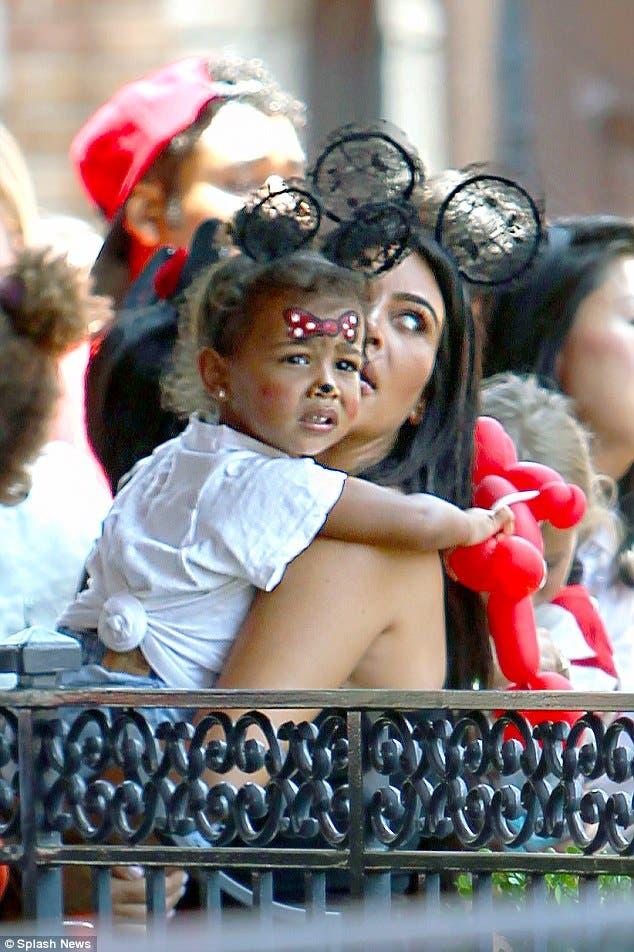 كيم كارايشيان مع ابنتها خلال الاحتفال