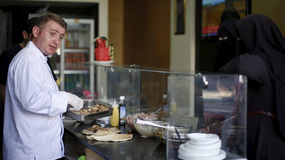 Syrian chef Wareef Hameedo prepares food for customers at Soryana restaurant in Gaza City June 14, 2015. It is a safe bet that no one made it as a celebrity chef following the same path as Wareef Hameedo. Three years ago, the 34-year-old was running a small restaurant in a mall in the Syrian city of Aleppo. Then it was heavily bombed in Syria's civil war. Members of his family fled to southeast Turkey and he followed shortly afterwards. Picture taken June 14, 2015. REUTERS/Mohammed Salem