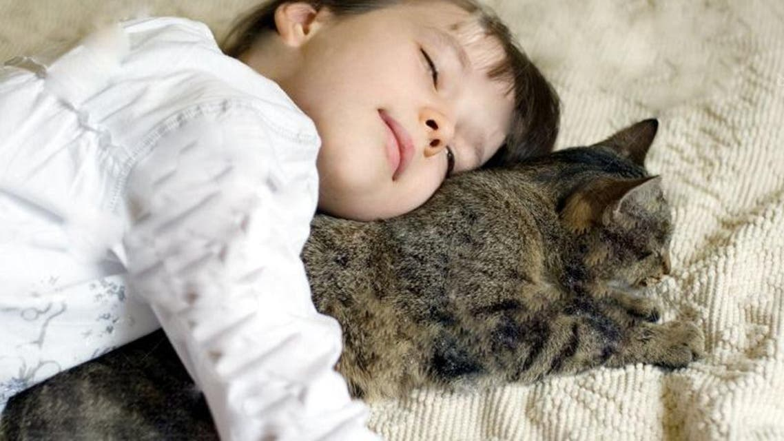 قطة وطفلة