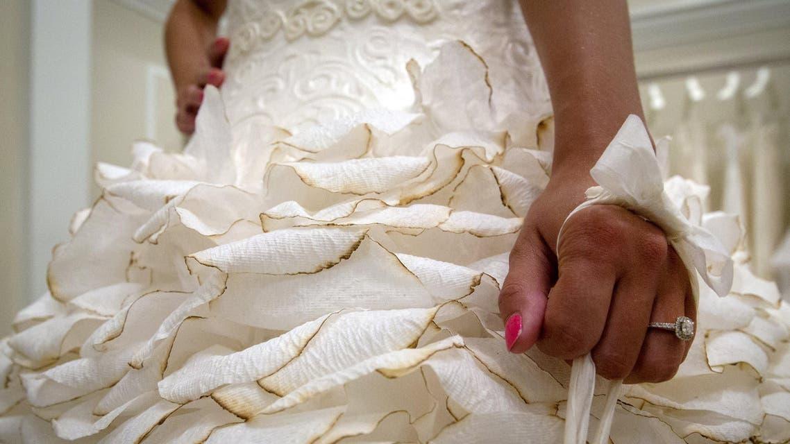 فساتين زفاف مصنوعة من المناديل الورقية