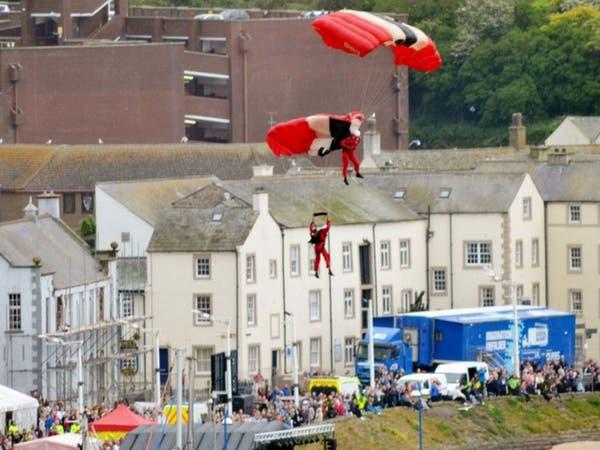 مظلي من الجيش البريطاني ينقذ زميله من الموت