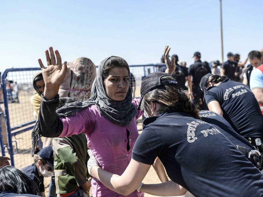 تفتيش اللاجئين من اكراد سوريا على حدود تركيا