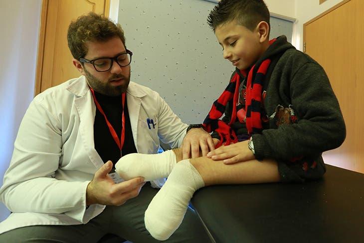 أحمد لاجئ سوري فقد قدميه بعد سقوط قذيفة هاون قرب منزله في ادلب ويتلقى العلاج في بيروت