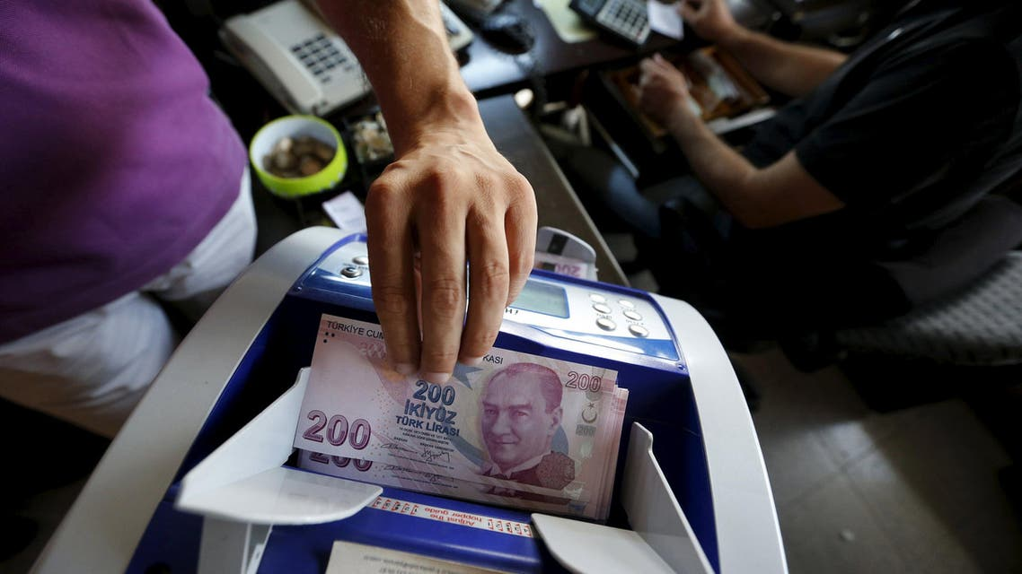 A money changer uses a machine to count Turkish liras in the border city of Hatay, Turkey in this September 17, 2013 file photo. Reuters