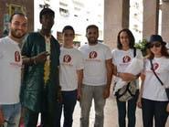 شباب مغربي يوزعون وروداً في اليوم العالمي للاجئين