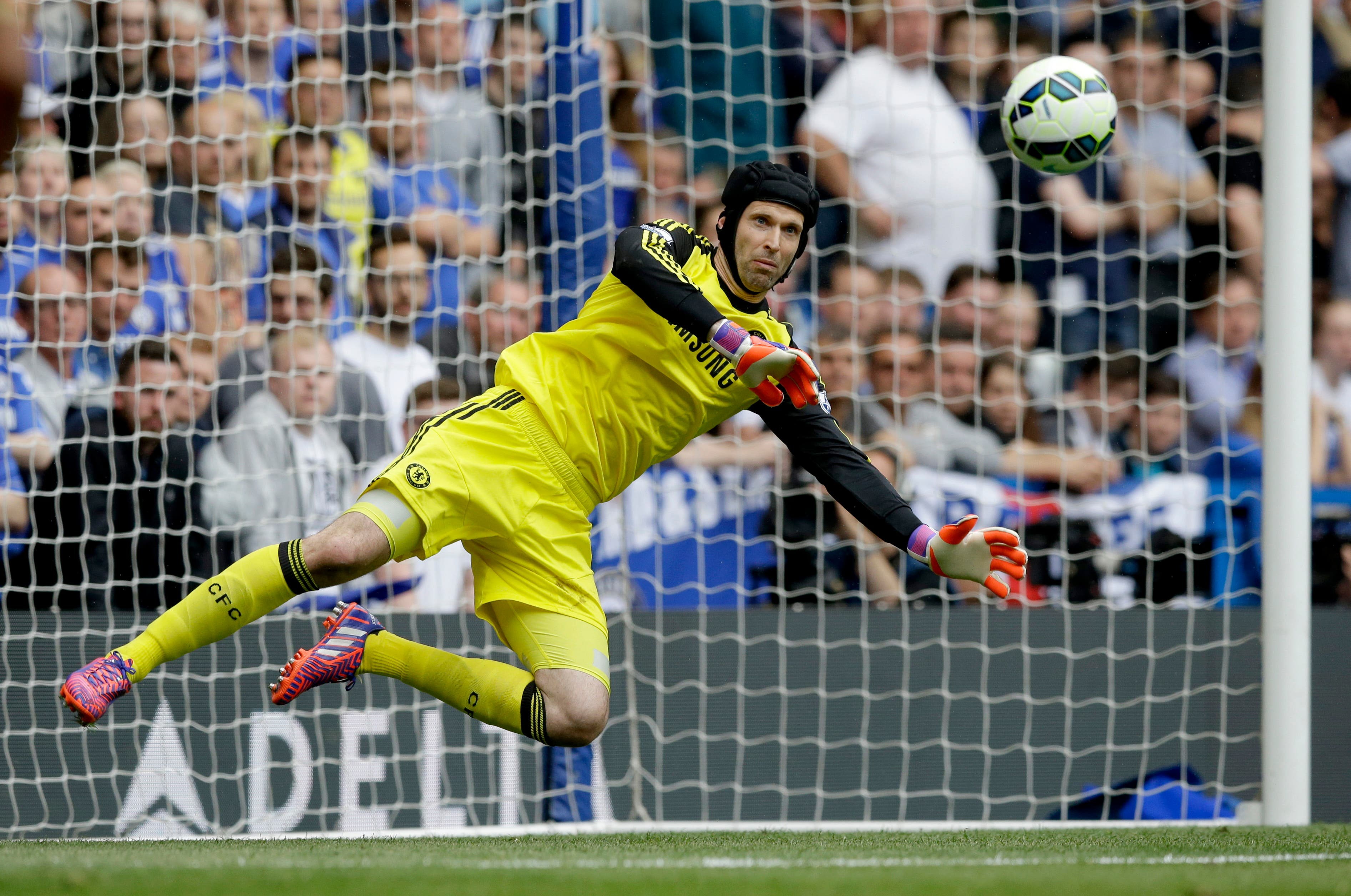 Chelsea's goalkeeper Petr Cech makes a save during the English Premier League soccer match between Chelsea and Sunderland at Stamford Bridge stadium in London, Sunday, May 24, 2015. (AP Photo/Matt Dunham)