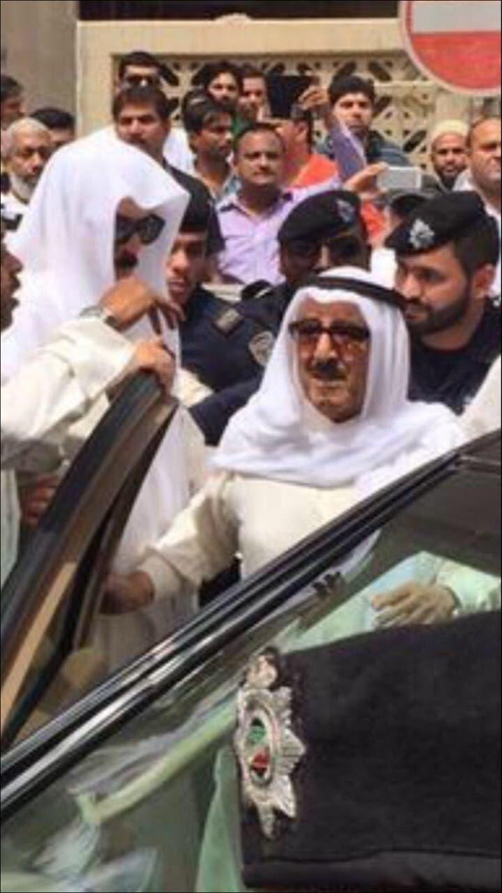 أمير الكويت يزور موقع التفجير