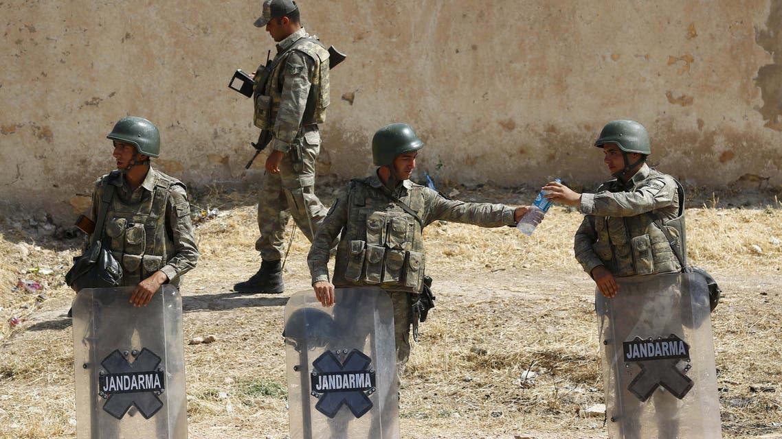 جنود أتراك يحرسون الحدود