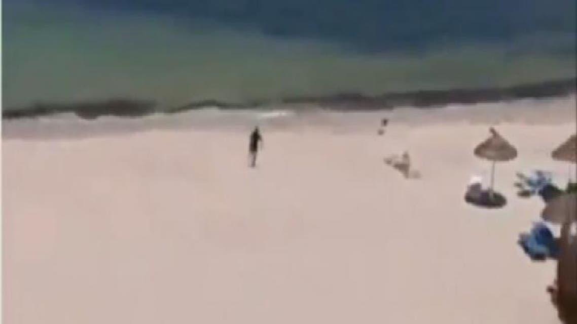 THUMBNAIL_ ارهابي تونسي يركض على شاطئ سوسة