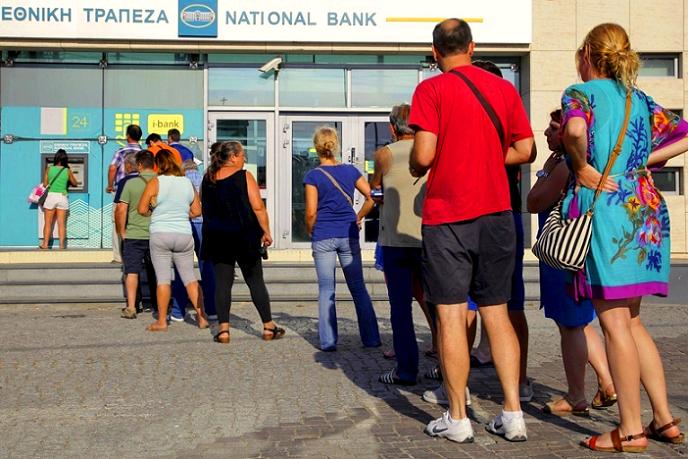 صفوف طويلة الأحد أمام ماكينات السحب الخاصة في شوارع أثينا