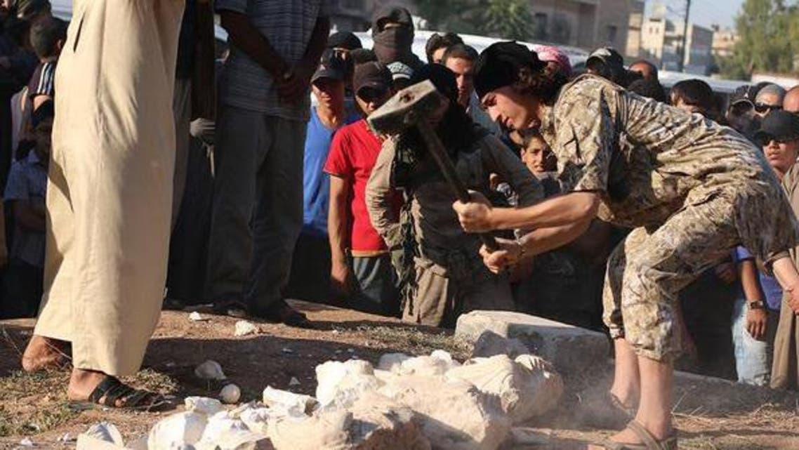 داعش يضبط تماثيل مهربة من تدمر.. ويدمرها