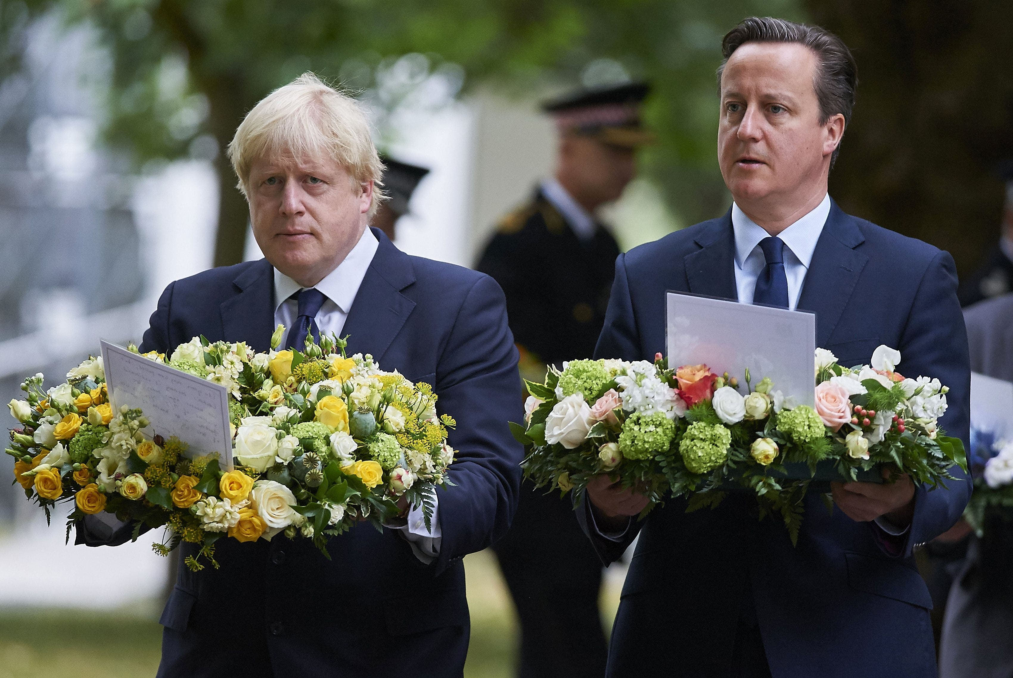 British Prime Minister David Cameron (R) and London Mayor Boris Johnson take part in a wreath laying ceremony in London's Hyde Park on July 7, 2015. (AFP)