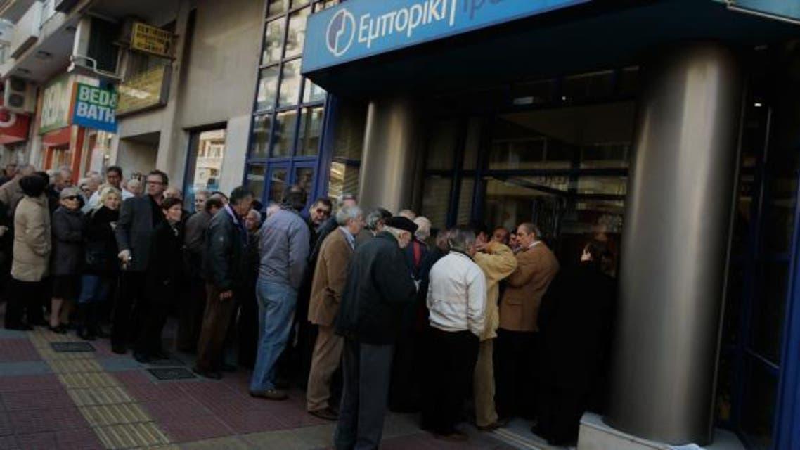 ماطنون يصطفون بطوابير امام المصارف في اليونان