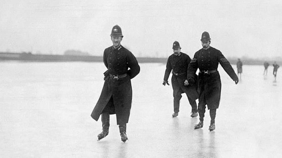 شرطة لندن على زلاجات جليدية في عام 1900