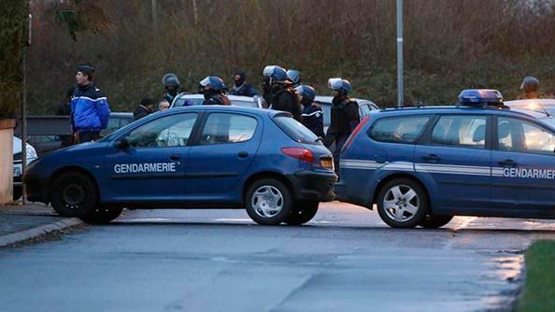 الشرطة الفرنسية تحاصر المتجر حيث يحتجز رهائن