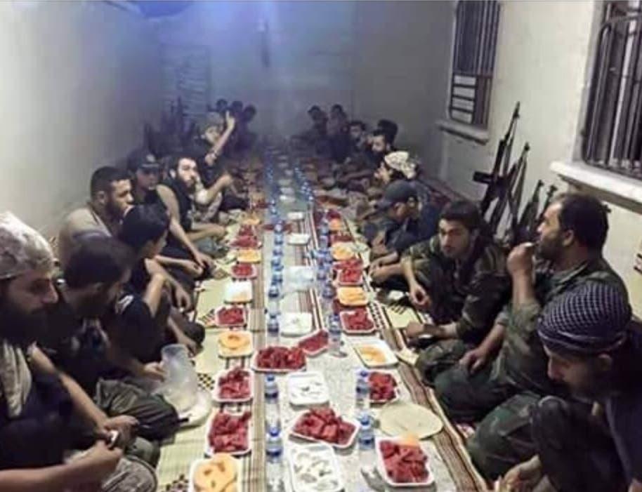 صورة لإفطار ثوار الزبداني التي أثارت أنصار النظام السوري