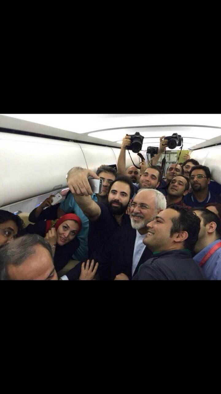 سلفی ظریف با خبرنگاران در هواپیما