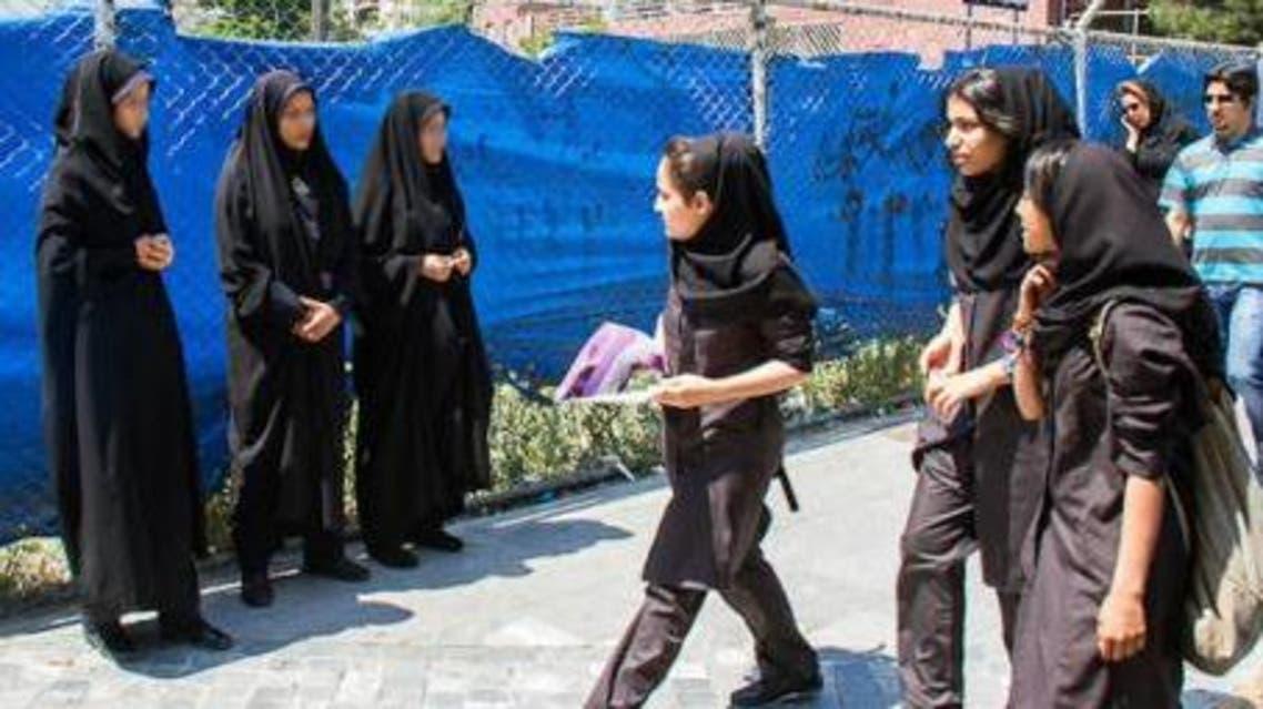 شرطيات يراقبن حجاب طالبات المدارس في إيران