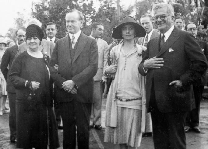 في هافانا، الرئيس الأميركي كالفن كوليدج مع زوجته، وإلى اليمين الرئيس الكوبي خيراردو ماتاشدو وزوجته إلفيرا