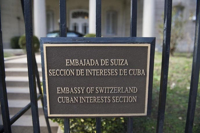 هذا الاثنين سيزيلون هذه اللوحة من سفارة كوبا بواشنطن، والشهر المقبل من السفارة الأميركية بهافانا