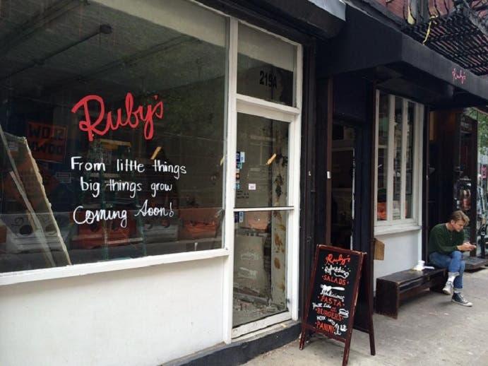 المقهى شعبي ومن الأر خص، مع أنه في مانهاتن بنيويورك، حيث يبيع القهوة بدولارين ونصف دولار