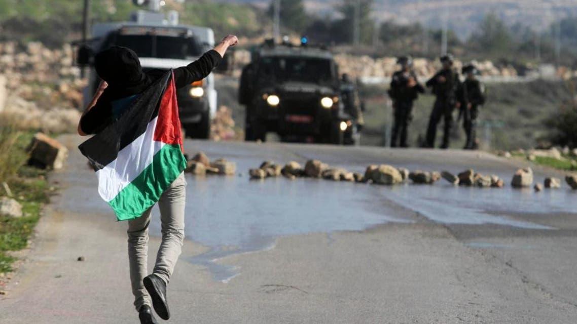 فلسطيني يرشق الحجارة على الجيش الاسرائيلي في الضفة الغربية