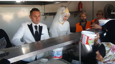ترک نوبیاہتا جوڑے کا چار ہزار شامی مہاجرین کے لیے کھانا