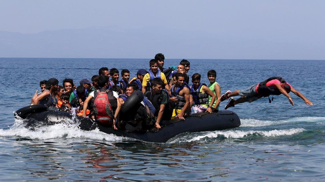 لاجئون يصلون لشط اليونان