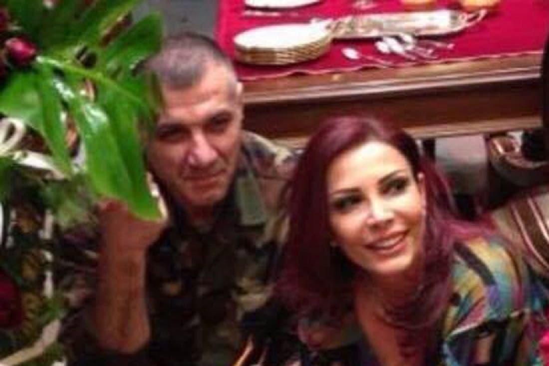 أم القاتل مع زوجها هلال الأسد الذي قتلته المعارضة السورية