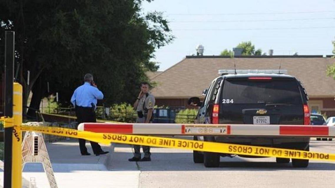 طوقت الشرطة المكان حيث عثروا عليه قتيلا