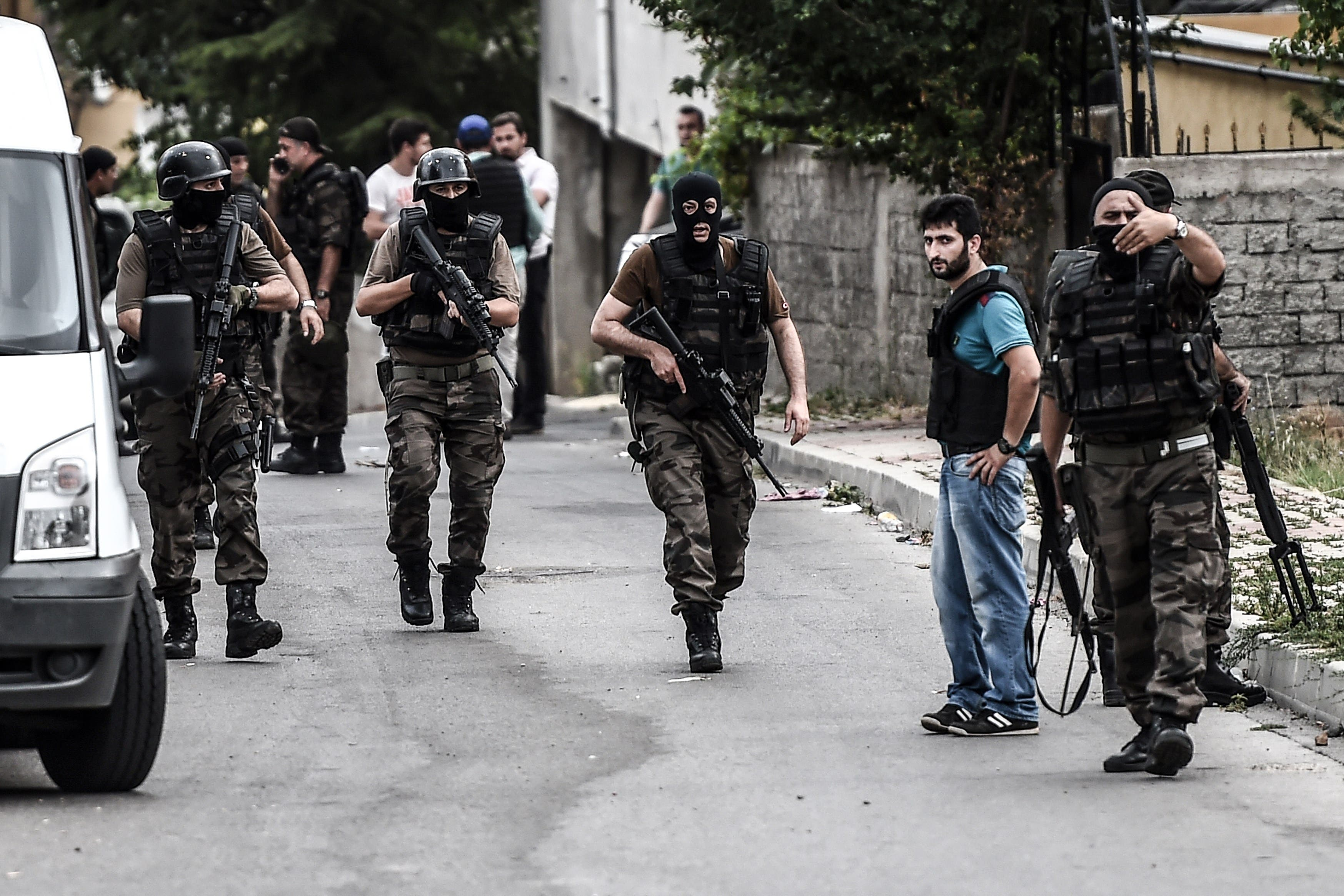Turkish special force police officers clear the street during clashes with attackers at the Sultanbeyli district in Istanbul. (AFP)
