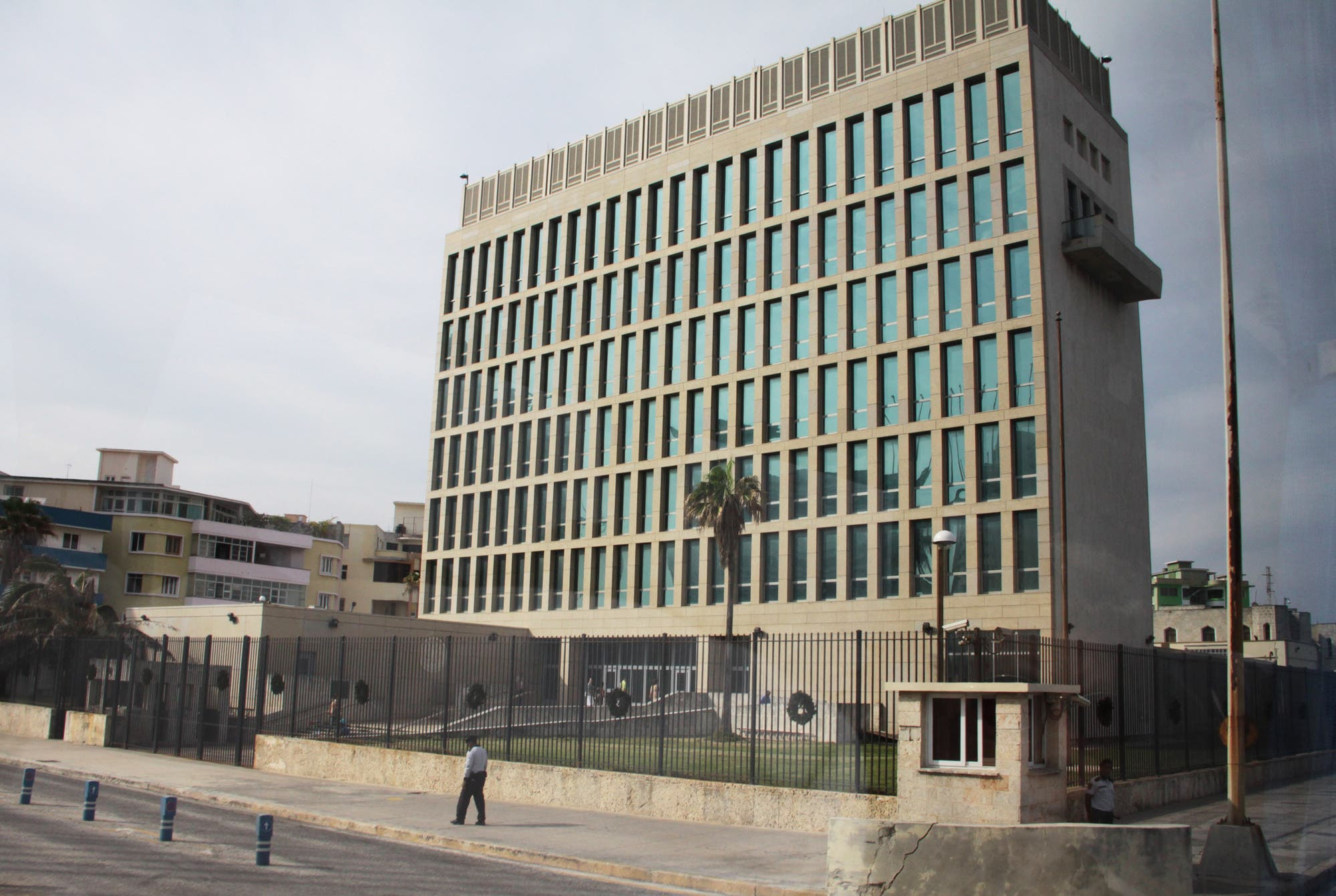 الجانب المطل على البحر القريب من السفارة 20 مترا فقط
