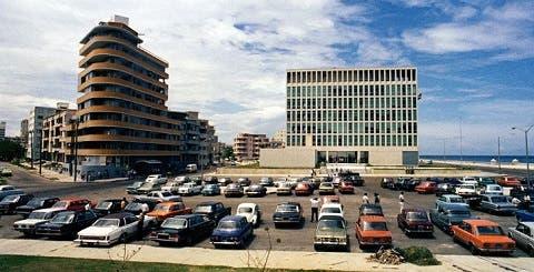طراز السيارات المركونة مقابل السفارة الأميركية يدل على تاريخ التقاط الصورة في ستينات القرن الماضي