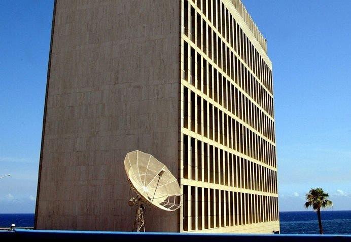 خارج مبنى السفارة الأميركية بهافانا كان يبدو جهاز هوائي لاقط للإرساليات، ما زال موجودا منذ 1961  حتى الآن
